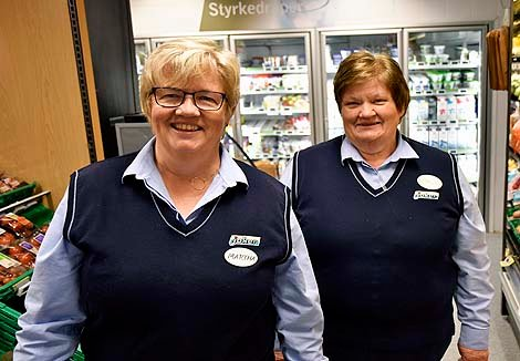 Marta Nordby, daglig leder i Joker Hedalen, har delt ut lørdagsaviser til kunder i hele dag.