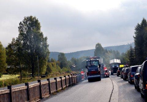Asfaltering: Onsdag var arbeidet i full gang på E16 i Sør-Aurdal og en følgebil måtte til for å få bilene forbi.