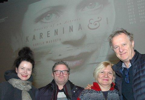 Kjærleik: Den raude tråden i romanen «Anna Karenina» og i dokumentarfilmen «Karenina & I» er kjærleik og lidenskap. Måndag kom både filmen, filmskaparane og eit kjærleiksresultat av dette teaterprosjektet til Fagernes. Frå venstre Gøril Mauset, James Clapperton, Svetlana Zukhova Clapperton og Tommaso Mottola framfor filmplakaten av Gørild Mauseth.