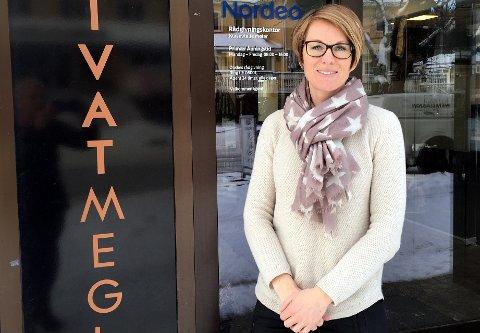 Opplevelser: Med musikk og mat håper Marit Wangensten at interessentene skal få landet litt og bruke mer tid på visningene for å føle på atmosfæren.