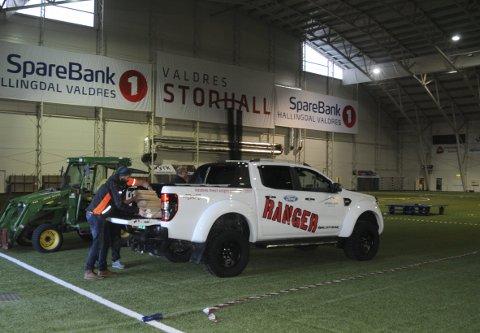 Gatebil: Det er Valdres Gatebil som arrangerer Valdres Motorshow. Her er en av de første bilene i utstillingen. Thomas Kamrud Jahnsen står bak bilen, sammen med William Scott, som er delvis skjult.