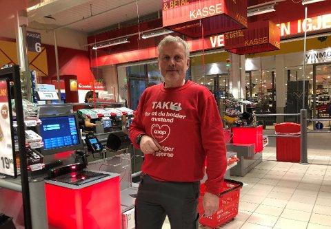 SJØLBETJENING: Butikksjef Nils Moen ved ei av de seks nye sjølbetjente kassen som er blitt installert i coopbutikken på Fagernes. Foto: Stein Åge Johansen