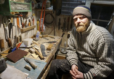 TUSENKUNSTNER: Espen i snekkerbua, der han blant annet bearbeider skaft til kniver og økser. I det vesle huset finnes mangt og mye, masse forskjellig verktøy og råvarer til bruk i det han skaper.