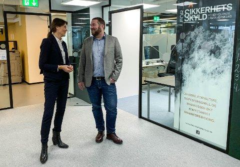GLEDELIG UTVIKLING: Banksjef Bedriftsmarked i DNB Hanna Kirsebom Aronsen gleder seg over at Vestfold er blant de beste i landet på nyetableringer. Her er hun sammen med gründer i For Sikkerhets skyld, Jan Tore Dilling.