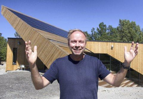 GLEDER SEG: Rektor Henning Johannessen ved Drøbak Montessori ungdomsskole gleder seg over at koronautbruddet ved skolen er over og at skolen igjen kan åpne dørene.
