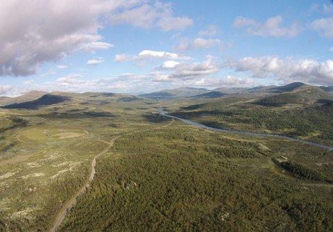 Einunna renner i dalbotn. Rett utenfor bildet i høyre hjørne, er dagens Markbulidam.
