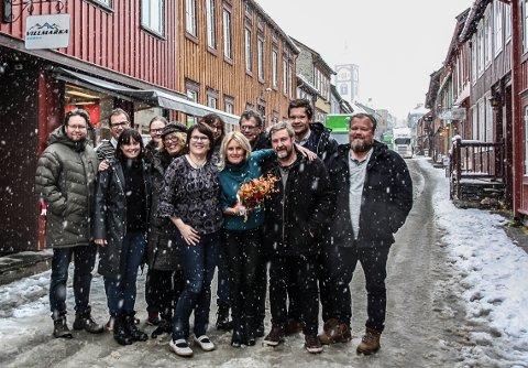 DESEMBER 2016: I koronaens tid er det umulig å samle de ansatte, så bildet er fra da det ble kunngjort at Guri Jortveit (med blomster) er ny daglig leder og redaktør i Arbeidets Rett. Her sammen med hele staben av selgere og journalister fra både røroskontoret og tynsetkontoret den gang. F.v. Christian Søberg, Inge Morten Smedås, Hilde Lund-Vang, Guril Bergersen, Elisabeth Hovdahl, Beate Schjølberg, Tonje H. Løkken, Guri Jortveit, Tor Enget, Arne Ingar Bækken, Eirik Røe, Trond Findahl.