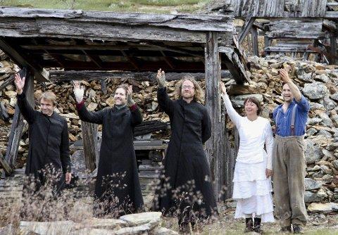 Artister:  Artistene fra fjorårets forestilling, «An-Magritt – på egen hand». F.v. Lasse Kolsrud, Olav Luksengård Mjelva, Erik Rydvall, Heidi Gjermundsen Broch og Hallgrim Hansegård. Foto: Tove Digre