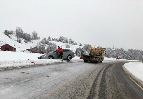Kjørt av: En bilfører var uheldig og havnet utenfor veien ved Motrøkrysset.