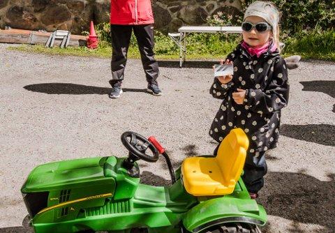 Sara Bentsen (4) viser stolt frem sitt første traktorsertifikat.