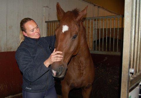 RIDING: Ingebjørg Henni på Tanum rideskole kan fortelle om stor pågang av voksne.