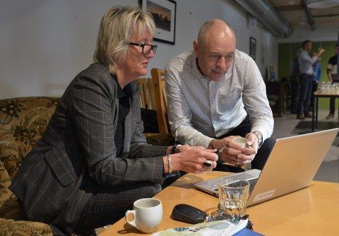 Marit Kvernmo og Odd-Arild Bugge studerer tall under dagens kommunestyremøte.