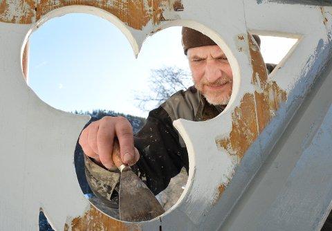 Skraping: Paolo Manfredi i arbeid  med utbygget over inngangen.
