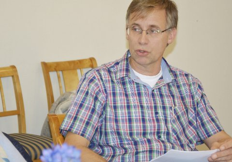 Kommunelege Hans Tomter ber alle i Risør være nøye med smittevern.