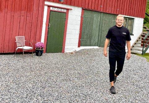 PILOT I STALLEN: Odelsgutten Andreas Oterholt reiser fra gården og satser på en karriere som jetpilot.