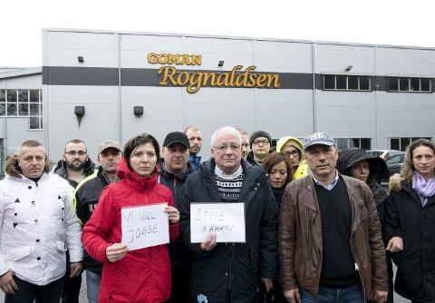KLAR BESKJED: Permitterte tilsette møtte i går opp på bakeriet for å si til konsernsjefen i Coop kva dei meiner om situasjonen i Goman Rognaldsen. Blant dei, i midten, står også Austrheim-ordførar Per Lerøy.