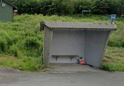 Mannen blei funnen sovande i dette busskuret på Hilland tysdag.