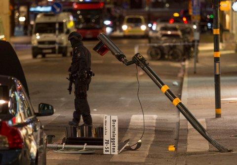 Stockholm, Sverige 20170408. Natt til lørdag er det fremdeles politi i Drottninggatan.  Foto: Torstein Bøe / NTB scanpix