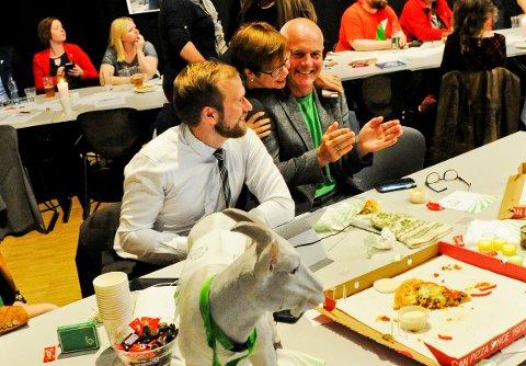 Senterpartiets valgvake 2017 i Stormen - Willfred Norlund, Siw Moslett og Jim Andersen feirer valget med Sp-geita.