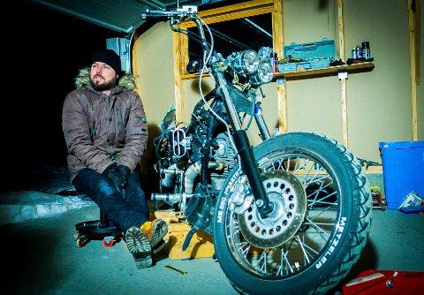 Fra en reportasje i Avisa Nordland i 2015 der Fack forteller om byggingen av motorsykler. Han har forsatt garasjen full.