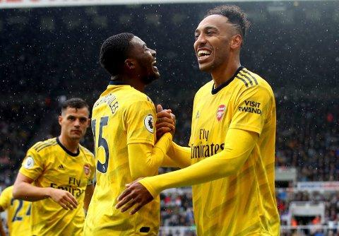 Pierre-Emerick Aubameyang (t.h.) feirer scoringen sin mot Newcastle sammen med lagkamerat Ainsley Maitland-Niles.  (Owen Humphreys/PA via AP)