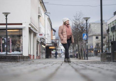Lilly-Anne Selland er daglig leder for Voss Sentrum, der nesten halvparten av bedriftene nå har fysisk stengt.  – Det er veldig uvirkelig å se gatene i Voss Sentrum så tomme som nå! FOTO: ANDERS KJØLEN
