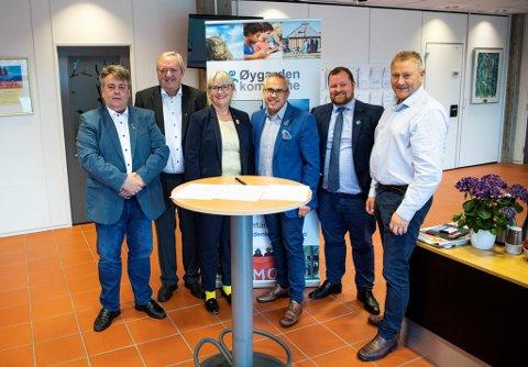 God stemning etter valget i 2019. Nå kan flertallskameratene bety slutten for Blomvåg skule. Svein Otto Jacobsen (Frp, f.v.),  Svein Petter Bergh (Sotralista), Torill Selsvold Nyborg (KrF), Tom Georg Indrevik (H), Børge Haugetun (V) og Nils Kåre Skoge (H).
