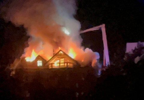 Eneboligen på Bjorøy var overtent kort tid etter at brannvesenet ble varslet.