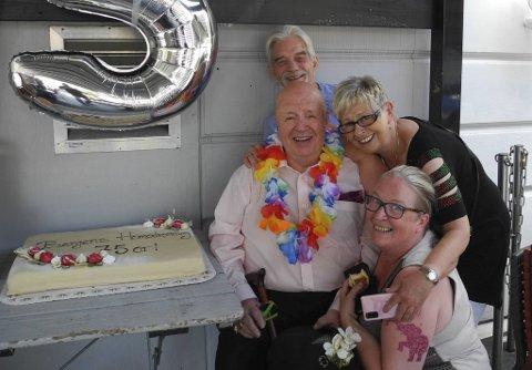 Du er verdens herligste mann, er vennene enige om. Fra venstre Frans Karmelk, Bente Landaas og Laila Nikolaysen.. Torsdag feiret Kenneth Brophy 75 år.