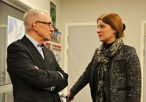 Her har statssekretær Grete Ellingsen og Andøy-ordfører Jonni Solsvik nettopp fått vite at kommunalminister Jan Tore Sanner ikke fikk lande på Andøya lufthavn mandag på grunn av sterk vind.