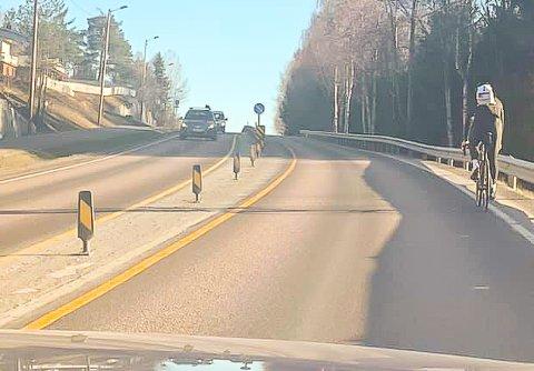 TRANGT OM PLASSEN: Med fysisk midtdeler og bakketopp foran syklisten, er ikke valgene særlig mange i denne situasjonen.