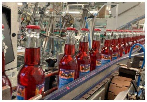 JULEBRUS I LANGE BANER: Egersund Mineralvandfabrik AS i Egersund hadde før jul et må om å passere 3 millioner solgte flasker julebrus. - Vi nådde målet vårt, sier Harald Berentsen.