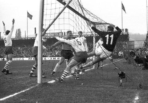 Tok ledelsen: Da Ingar Pettersen stupte fram og ble hengende i nettet og ga SIF 4–3 ledelsen i det 66. minutt i den andre finalen, var løpet kjørt for Fredrikstadkeeper «Kula» (midt på bildet) og de andre spillerne fra Plankebyen. De siste 24 minuttene var det kun SIF som gjaldt den historiske søndagen i november 1969.