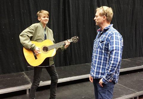 Emil Aker Opdahl (13) spiller SIF-patrioten Steinar som må flytte til Mjøndalen. Steinar tør ikke gå med SIF-drakt i Mjøndalen, men har den alltid på under klærne. Til høyre instruktør og revyforfatter Kjetil Røren.