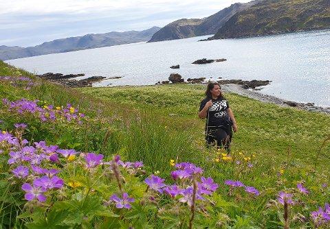 UTE I NATUREN: Jeanette Rognli Lavring er ofte på tur på Magerøya om sommeren. Her jakter hun på blomster.