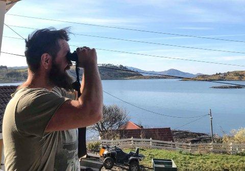 Nestleiar i Askrova Bygdelag,  Henning Haugholt, speidar etter musikalske krefter til påskedansen på øya i morgon.