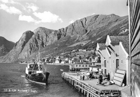 TIL KAI I AURLAND: Svanøy på veg inn til Aurland etter ombygginga i 50-åra.