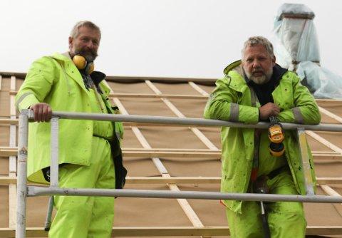 JOBBAR UTE: Jobben må gjerast, sjølv om det regnar. Det har tømrarduoen Helge Årskaug og Gunnar Olav Engesæter verkeleg fått erfare i september.