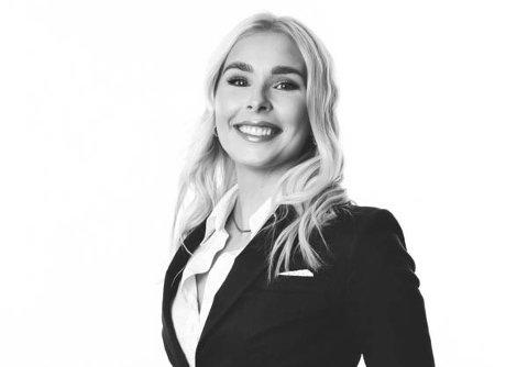 TIL TOPPS: Mona Larsen frå Florø vart kåra til Årets eigedomsmeklarfullmektig i Privatmegleren.