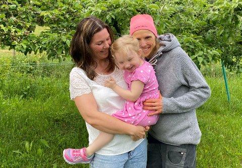 MÅ VERA RUSTA: – Me er avhengig av å skapa ein trygg og sterk unge. Ho vil få spørsmål og møta motstand rundt det å ha to mammaer, og kan fort vera eit lett byte, seier Sivelin Kjølstad (39) og Eli Anne Skartun (41).
