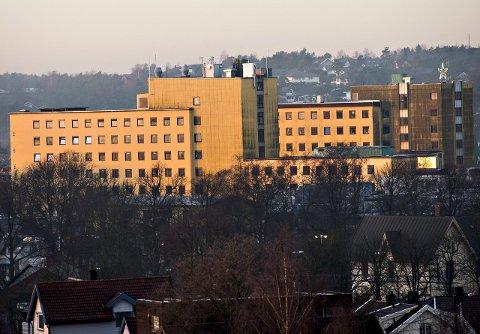 Begge blokkene: Eierne av sykehuset og UDI forhandler om å bruke de to høyblokkene som asylmottak. Arkivfoto: Erik Hagen