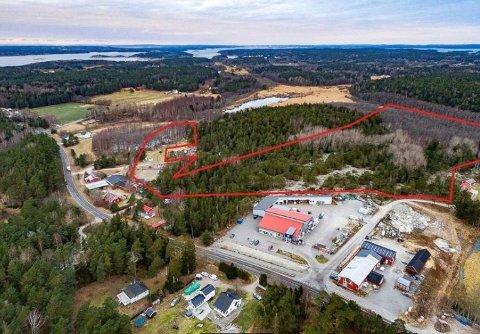 Eiendommen som er solgt,  er merket med rød strek. Nærmeste naboer er Viuno på Kirkøy og Byggmakker.