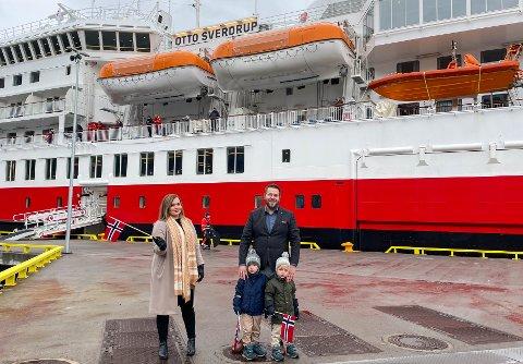 STOR DAG: Det er en stor dag for daglig leder i Visit Narvik, Lise Janita Hansen, og Thomas Mikal Berg-Nilsen, driftsansvarlig på turistkontoret. Endelig kom turistene til kai.