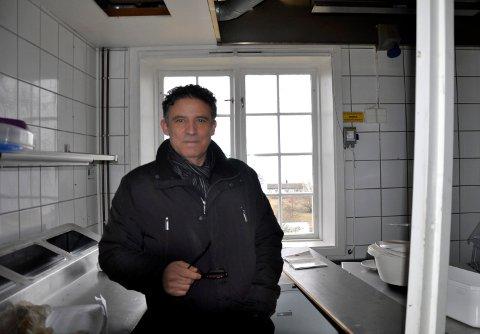 ITALIENSK KJØKKEN: – Dette blir min nye arbeidsplass, sier Attilio Goffredo. En kokke fra Italia skal også jobbe i Rådhuset i sommer.