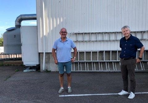 ERSTATTES: Bjarne Johannessen og Are Karlsen foran det gamle renseanlegget på Falkensten, som skal erstattes av et splitter nytt.