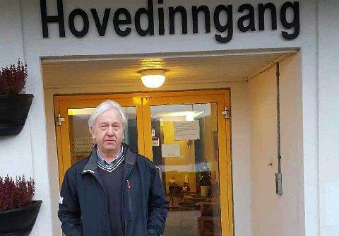 Egil Skjæveland utenfor Solåsheimen hvor moren har fått tilbud om kortidsopphold.