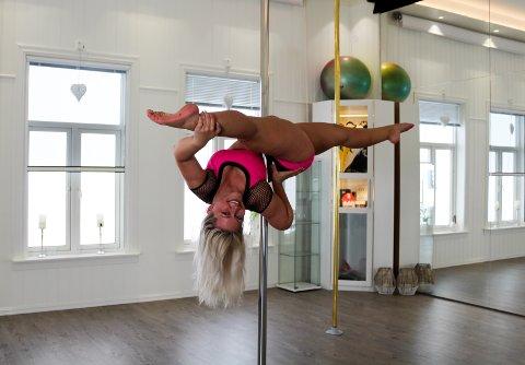 GLEMMER TRENINGA: Julie Christine Rannekleiv er instruktør i poledance ved Skyline Polestudio i Sør-Odal. Hun forteller at hun opplever poledancing som befriende og at hun opplever mindre fordommer fra folk etter at poledancing har økt i status som sport.