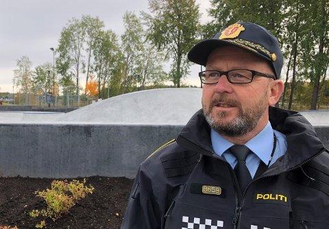 Politioverbetjent Halvor Østlid er politikontakt for Kongsvinger kommune. Han roser rånermiljøet for å ta smittevernet på alvor, og sier politiet vil kjøre sine kontrollrunder også rundt skateparken, der det til tider er såpass tett med folk at det neppe er innafor smittervernreglene, også utendørs.