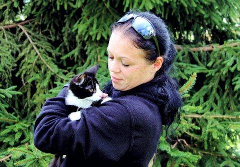 TAKK: – Vi mottar 244.194 kroner fra Grasrotandelen og beløpet går litt opp for hvert år, sier Vivian Nikolaisen, leder i Dyrebeskyttelsen Norge Hedmark. Fjoråret ble intenst: – I 2019 tok vi i mot 407 unike dyr,  tre marsvin, sju kaniner, to hunder og resten var katter, sier hun.