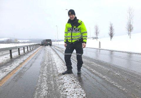 UTFORDRENDE: Slik så det ut på E16 fredag ettermiddag. Politiførstebetjent Morten Langdalen oppfordrer bilistene til å ta det pent og ikke kjøre forbi. Føreren av bilen i bakgrunnen var uheldig og krasjet inn i autovernet.